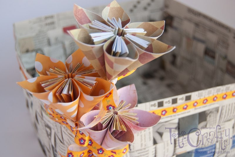 Como hacer flores de papel periodico paso a paso la del - Cestas de papel de periodico paso a paso ...