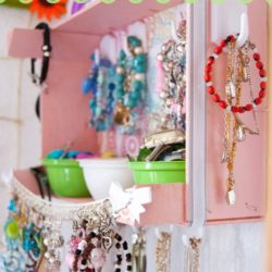 DIY Super Crafty Jewelry Organizer #jewelryorganization #organizerideas #organizationideas