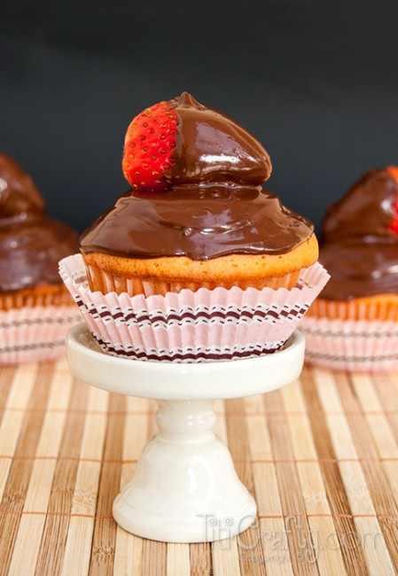 Double-Chocolate-Straberry-Dipped-Vanilla-Cupcakes-Recipe-Yummy