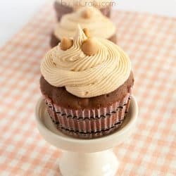Reese's Peanut butter Chips Cupcakes with White Chocolate Chips Frosting #recipe #peanutbutter #cupcakes
