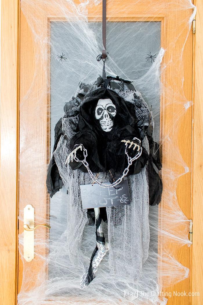 Easy Halloween Skeleton Wreath-door