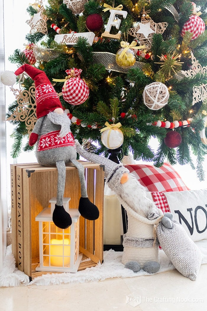 Under the christmas tree I put some cute gnomes and crates with lanterns!